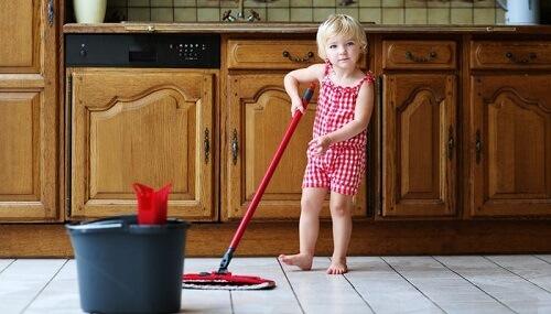 anak-bersihkan-rumah